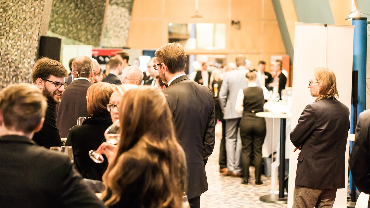 Freelance writers at networking events can land clients for their freelance writing services. Here are the top tips to network effectively.